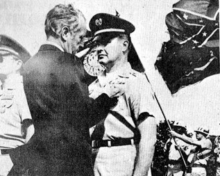 Wren Walters receiving the Kentucky Medal for Valor from Governor Ford